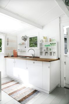 It is easier than you think to take your kitchen from builder grade to gorgeous on a budget! These kitchen makeover secrets will save you money and give you great ideas! New Kitchen, Kitchen Decor, Kitchen Ideas, House Ideas, Kitchen Carpet, White Kitchen Cabinets, Small Living, Interior Design Living Room, Interior Modern