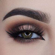 Самые популярные тэги этого изображения включают: makeup, eyes, beauty, eye и eyebrows