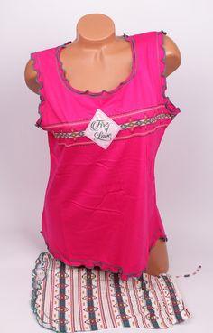 Пижама за лятото в розово и бяло в макси размери. Потника е широка презрамка а панталонките са с нежни шарки.