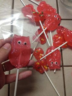 So, I think we all have childhood memories of great hard candy suckers in some sort of cute shape. BUT that doesn't mean we know how to mak. Homemade Lollipops, Homemade Candies, Gourmet Lollipops, Suckers Candy, Candy Craze, Home Made Candy, Hard Candy Recipes, How To Make Cream, Ice Cream Candy