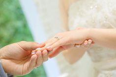 エンゲージカバーセレモニー♡  指輪の交換のあとに新郎から新婦へ改めて婚約指輪を贈り結婚指輪の上に重ねてはめることで、お2人の永遠の愛と絆に蓋をするという意味が込められています♡  #エンゲージカバーセレモニー #エンゲージリング #婚約指輪 #セレモニー #演出 #挙式 #指輪の交換 #永遠の愛 #絆 #結婚式 #Wedding #豊橋 #toyohashi #結婚式場 #アンジュガーデン #少人数ウェディング #大人気 #ゲストハウス #貸し切り #家族結婚式 #bridal #love #happy