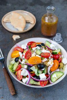 Griekse salade Caprese Salad, Cobb Salad, Pizza Vans, Vegan Shepherds Pie, Pot Pie, Dressing, Pesto, A Food, Tapas