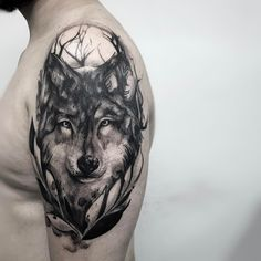 Tatuagem feita por Paulo Reiz de São Paulo. Lobo em preto e cinza. #tattoo #tatuagem #arte #art #design #tattoo2me