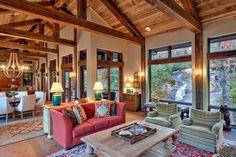 El interior es deliciosamente amaderada y acogedor. De las vigas del techo expuestos a pisos de madera y Lámparas de araña, inclusó madera, ...