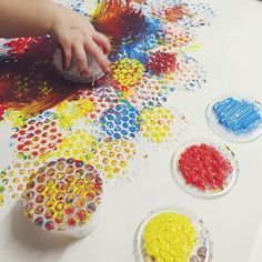 Bubble Wrap Painting - use petri dishes to mount stamps. Miss is working on a giant bubble wrap masterpiece we will use to wrap our crafty mothers day gift nannylife nannydiaries invitationtocreate bubble wrap is wrapped over a small container and held on Kids Crafts, Toddler Crafts, Wood Crafts, Painting Activities, Activities For Kids, Shape Activities, Giant Bubbles, Play Based Learning, Toddler Art