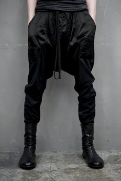 Post-apocalypse clothing / fashion / pants / trousers / post-apocalyptic wear / dystopian / looks / style / unisex Fashion Mode, Dark Fashion, Mens Fashion, Fashion Trends, Modern Fashion, Mode Hip Hop, Mode Man, Drop Crotch Pants, Mein Style