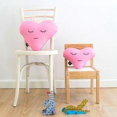 Love XS Chicle - Paparajote Factory Originales cojines corazón, color rosa chicle . La colección Criaturas está creada para inspirar, jugar y soñar. Para niños de 0 a 99 años. Hecho en España de manera 100% artesanal, empleando materiales de calidad, con cariño, cuidado y respetando el medio ambiente. #cushion #pillow #love #heart #baby #kids  #gift #babies #cojin #corazon #niños #diseñodeinteriores #interiordesign #design #diseño #regalo #madeinspain #hechoenespaña #deco #original