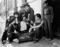 Luis Buñuel plano completo (teniendo en cuenta que el motivo representado es el conjunto de personas)