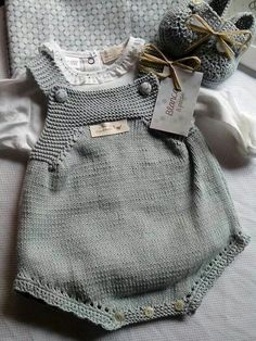 Y esta monería se va para Rafi Knit for baby Bordo a crochet This Pin was discovered by M D Knitting For Kids, Baby Knitting Patterns, Baby Patterns, Knitted Baby Clothes, Knitted Romper, Baby Outfits, Kids Outfits, Baby Pullover, Romper Pattern