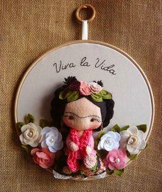 Quadrinho Bastidor Frida Kahklo    31 cm de diâmetro.    Bordado a mão, Frida em Feltro e tricoline.    PEÇA DISPONÍVEL PARA ENVIO EM ATÉ 3 DIAS APÓS O PAGAMENTO