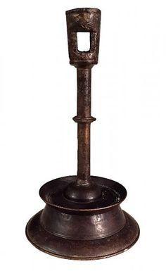 """Type 0. 15ème siècle. Chandelier franco-flamand. Bronze. Modèle primitif à bague unique et base """"diabolo"""" à piédouche."""