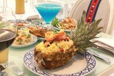 """Ankara'daki ilk ve tek Tayland restoranı olan ve aşçılarının tamamı Taylandlı olan Apinya da ayrıca taze sushi'ler de sunuluyor. Otantik yemekleri ile modern Tayland tarzı atmosferi ve dekorasyonu ile dikkati çekmekte olan Apinya; konum itibariyle Hilton ve Sheraton gibi oteller bölgesine yakınlığından yabancılar arasında da oldukça popüler. Tayland yemeği sevenler için özellikle öğlen pek çok çeşidi bir arada, daha hesaplı olarak yeme imkanı sağlayan """"set menü"""" 12:00-15:00 arası verilmekte…"""