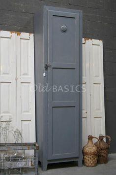 Locker Isac 10090 (midgrijs) - Smalle lockerkast met een mooie eenvoudige vormgeving. De kast heeft stoere details zoals het ijzeren slot en ventilatierooster. Ideaal voor kleine ruimtes of kinderkamers!