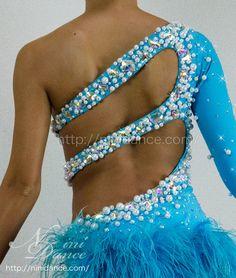 社交ダンスウェアNiniDance:D194鮮やかな羽根裾とパール装飾の水色ラテンドレス