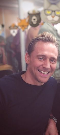 Tom Hiddleston everyone! But, are we not gonna say anything about the cat background? XD