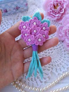 como tejer flores a crochet Bouquet Crochet, Crochet Brooch, Crochet Motifs, Crochet Doilies, Knitted Flowers Free, Crochet Puff Flower, Crochet Flower Patterns, Crochet Flowers, Crochet Ideas