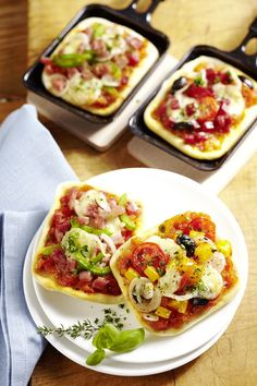 Pizza mal anders, Raclette-Pfännchen mit Hefeteig auslegen, Pizzabelag darauf verteilen und im Raclette backen.