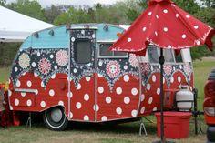 148548487694400890 vintage caravans - caravans Pretty decorated with original paintings. Vintage Campers Trailers, Retro Campers, Cool Campers, Vintage Caravans, Happy Campers, Retro Caravan, Camper Caravan, Camper Diy, Tiny Camper