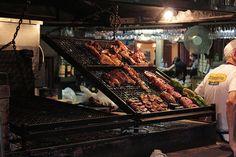 Parrilla con carne asada a las brasas de carbón hecho con leña en Montevideo, Uruguay