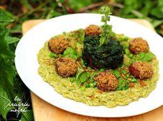 Erbsencreme-Reis mit gefüllten Champignons aus dem Ofen und Blattspinattürmchen.