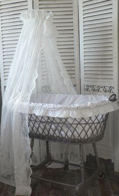 Heb dus in lille een soortgelijk wiegje gescoord maar dan in poppenformaat nu nog even opnieuw - Romantische witte bed ...