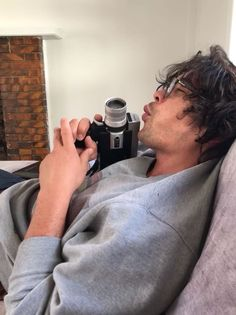 Bob Morley can be so silly 😉 The 100 Cast, The 100 Show, Bob Morley, The 100 Raven, Bellamy The 100, Chica Cool, Cw Series, Eliza Taylor, Clexa