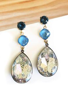 f5b197f3acf6 Pendientes de cristal Swarovski con gota moteada en tonos azul y cristal.