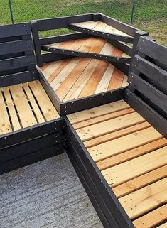 Wood Pallet Patio Lounge Corner Couch: Have a look at the wood pallet patio lounge corner couch and decide whether it is a good idea for your home or not. Diy Pallet Couch, Pallet Patio Furniture, Outdoor Furniture Plans, Pallet Chair, Pallet Tables, Pallet Lounge, Pallet Benches, Pool Furniture, Rustic Furniture