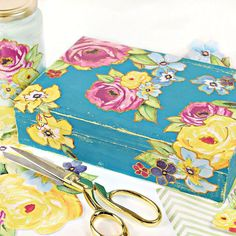 Make this vintage gift box with a simple wax resist technique and two colors of chalky finish paint. Finish it with delicate paper flowers and decoupage. Diy Gift Box, Diy Box, Diy Gifts, Diy Decoupage Gifts, Pintura Patina, Easy Crafts, Arts And Crafts, Keepsake Boxes, Diy Projects To Try