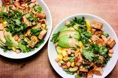Den beste salaten i verden får du her: Thai-salat med avocado og mango, dynket i en dressing av kokos og curry + en hemmelig ingrediens!