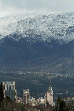 Mendoza, vista panorámica  de la capital con su imponente montaña nevada de fondo. Amo mi provincia!! Airplane View, Mount Everest, Around The Worlds, America, Mountains, Nature, Travel, Beautiful, Snowy Mountains