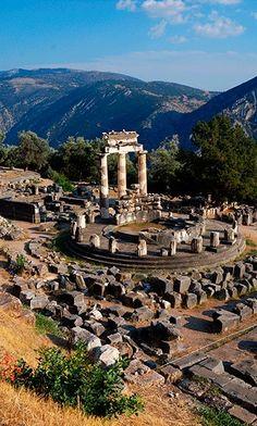 El Oráculo de Delfos. Situado en Grecia, en la actual villa de Delfos, al pie del monte Parnaso, consagrado al propio dios y a las musas, en medio de las montañas de la Fócida, a 700 m sobre el nivel del mar y a 9,5 km de distancia del golfo de Corinto.
