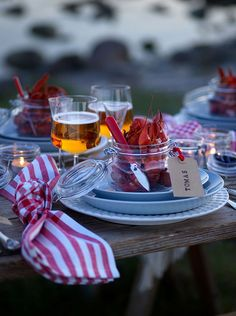 power plate table setting inspiration – Tables and desk ideas Table Set Up, A Table, Lobster Party, Crawfish Party, Party Food Platters, Table Setting Inspiration, Scandinavian Food, Drink Table, Dinner With Friends