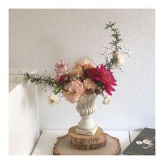 눈부시게 빛나고 멋진 그녀는 이렇게 눈부신 작품을 만들고 가셨어요  . . #또다시볼수있길 플라워클래스문의및꽃주문예약은 여길로 부탁드려요 T: ... #또다시볼수있길 Flower Designs, T, Vase, Flowers, Home Decor, Interior Design, Vases, Royal Icing Flowers, Home Interior Design