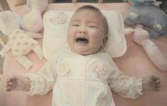 タイケータイキャリアCM 赤ちゃんとママとパパの3人家族。赤ちゃんがスヤスヤ眠っている間に、ママがお買い物に出かけ家にはパパと赤ちゃんだけ。はじめこそ静かに寝ていた赤ちゃんが突然目を覚まし大きな声で泣き出す。 泣き声でパニックに陥らないパパはいない。誰もが心の中で「ママ!帰ってきて!」と叫んでいる。CMの中のパパも慌てふためき、どうしたらいいのかわからずスマートフォンで妻に助けを求める。 「お腹が空いているのかな?」と言われてもパパにはどうすることもできません。妻にペンギンのアニメを見せてみたらとのアドバイスをもらい、スマートフォンで必死に動画を再生して赤ちゃんに見せてみるも、効果なし。 ママがそばにいなくても、ママの声を聴いてママの顔をみれば落ち着くかもと妻とビデオ通話を開始し赤ちゃんに話かけても効果なし。 テクノロジーが発達し、物理的に離れていてもいつでもつながることはできても、ぬくもりは伝わらないのです。 パパは気づきます。パパのぬくもりで赤ちゃんに安心感を与えることもできることを。静かに赤ちゃんに手を伸ばし優しく抱き上げます。 赤ちゃんは泣き止み柔らかな笑みを浮かべる。