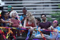 Sense8 | Atores protagonizam beijos na parada LGBT de São Paulo | Observatório do Cinema