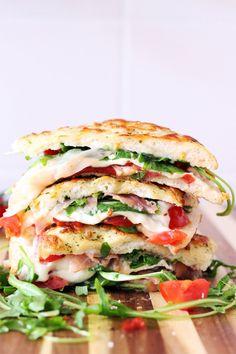 Mach dich bereit für großes Sandwich-Kino! Mit saftigen Schichten aus Gemüse, Sauce oder Fleisch lassen diese 26 Ideen die Käsestulle blass aussehen.