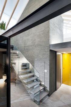 #fontanot _ modello LaFont Essential : acciaio verniciato, gradino in rovere verniciato, pannelli vetro chiaro Lafont, Divider, Stairs, Doors, Furniture, Design, Home Decor, Staircases, Stairway