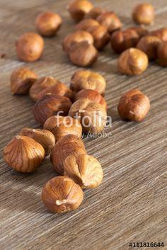Primo piano di nocciole sgusciate su tavolo rustico. Alimentazione sana e naturale