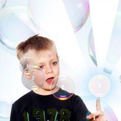 Haltbare Seifenblasen zum Anfassen sind eine tolle Geschenkidee, besonders für Kinder. Die Seifenblasen halten länger und können gefangen werden. Toller Spaß.