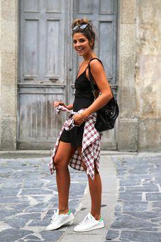 Vestido negro + blusa escocesa + zapatillas blancas