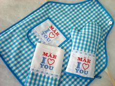 """KIT COZINHA """"LOVE"""" - 3 peças  Cada Kit Contém: - 1 Panos de Prato (42x67cm) - 1 Avental Xadrez (60x75cm) - 1 Luva Acolchoada (32x22cm)  =Descrição: Confeccionado em 100% algodão, todas as peças são forradas. Os panos de prato são em sacaria de primeira qualidade """"referencia marfim"""" em tamanho grande com barrado xadrez, fitas e rendas e bordado computadorizado. Avental com alça regulável, bolso bordado e aplicações. Na luva contém manta acrílica para baixas temperaturas, forrada e bordada…"""