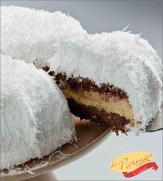 """""""Bolo Bruna"""" (Aro 24) - Bolo de baunilha e bolo de chocolate, recheado com baba de moça e doce de leite. Cobertura de marshmelow e flocos de coco."""
