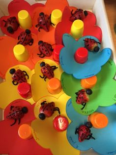 Lieveheersbeestje gemaakt van aardbei op een bloem