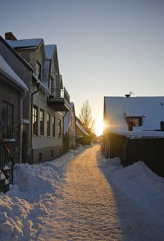 Vårdklockegatan i snö och motljus Gotland