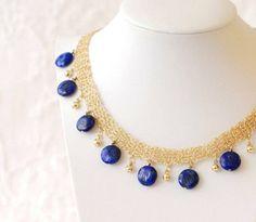 Etsy de  lenkamuchnik  vende várias belas peças de jóias de crochê fio incluindo este belo colar adornado com azul lápis-lazúli.