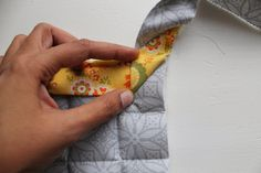 Learn how to make pot holders with this simple beginner friendly step by step tutorial. Perfect as gifts this holiday season or to accessorize your own kitchen. Home Projects, Sewing Projects, Learn To Sew, How To Make, All The Way Down, Hot Pads, Easy Peasy, Little Gifts