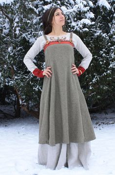 This is a great example of an authentic medieval Norse/Viking Apron dress and perfect for re-enactment, LARP and various Renassaince/Medieval festivals! Costume Viking, Viking Garb, Viking Dress, Medieval Dress Pattern, Viking Clothing, Viking Woman, Period Outfit, Apron Dress, Costume Dress