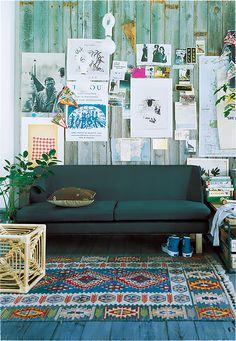 モノの多いお部屋でも、敢えて多色使いのキリムを合わせて。