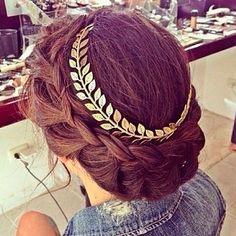 Los accesorios para el cabello también pueden darte mucho estilo ¿Qué te parece este peinado?